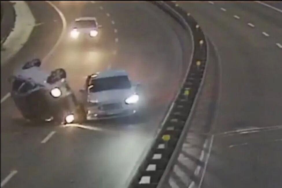 Водитель автомобиля Chevrolet не справился с управлением и протаранил Mustang.