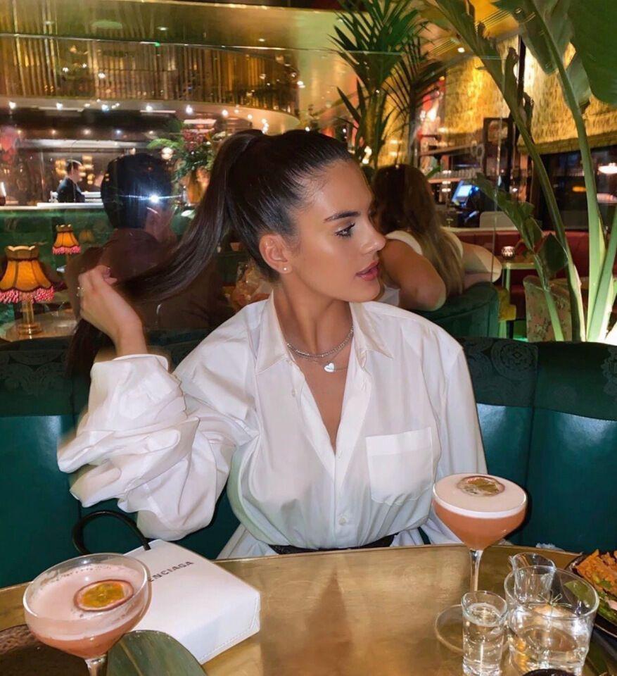 Марія Гвардіола в білій сорочці