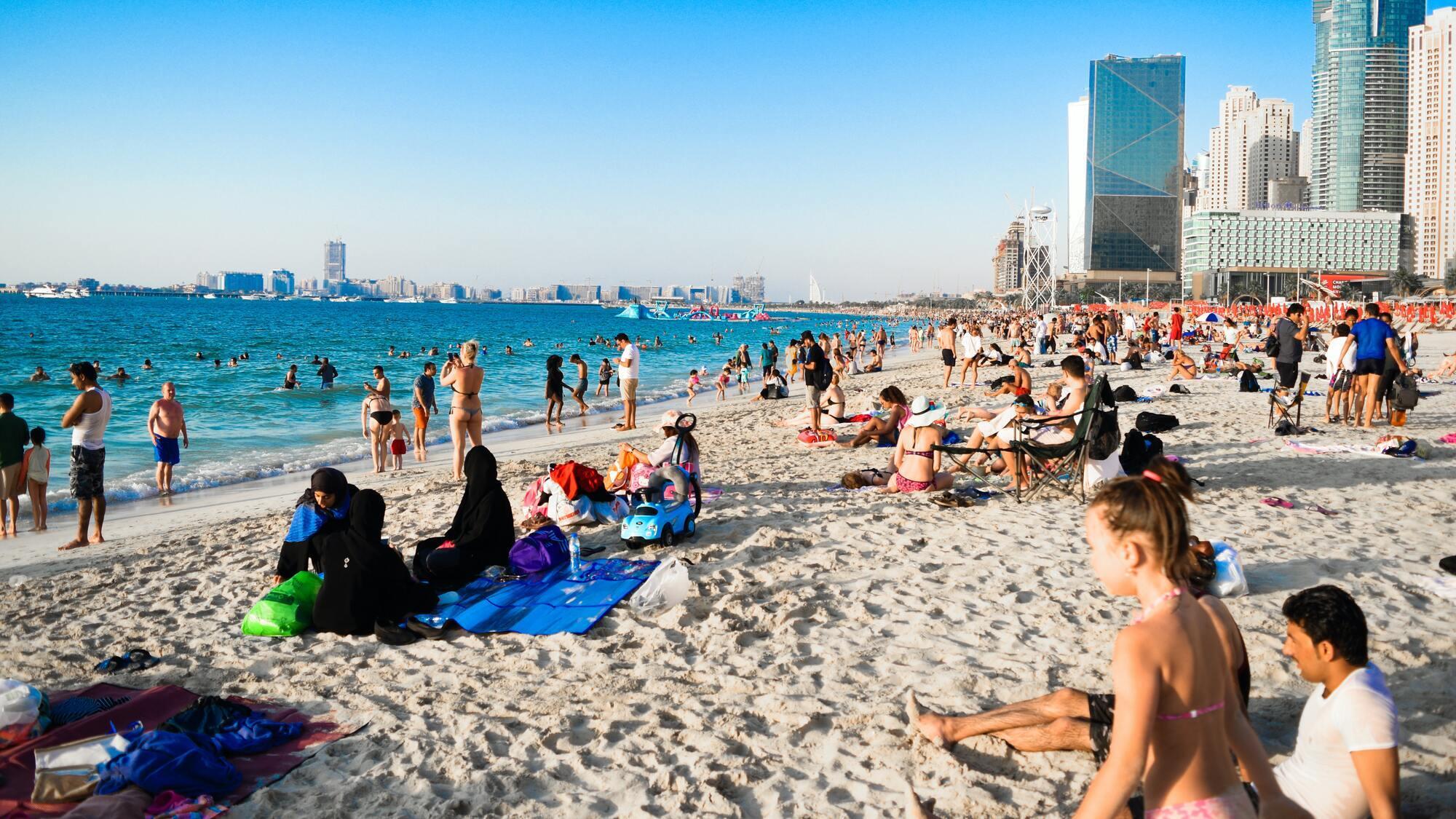 В масках в ОАЭ нужно ходить практически везде, кроме пляжа