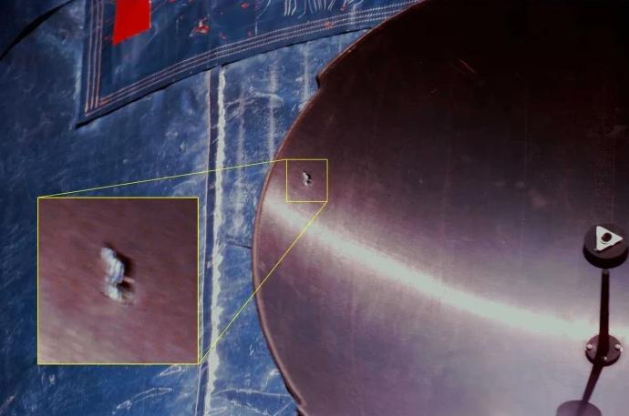 Дыра, оставленная космическим мусором в антенне телескопа Хаббл в 1997 году