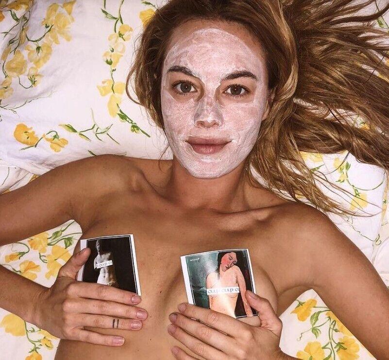 Девушка позирует с маской на лице.