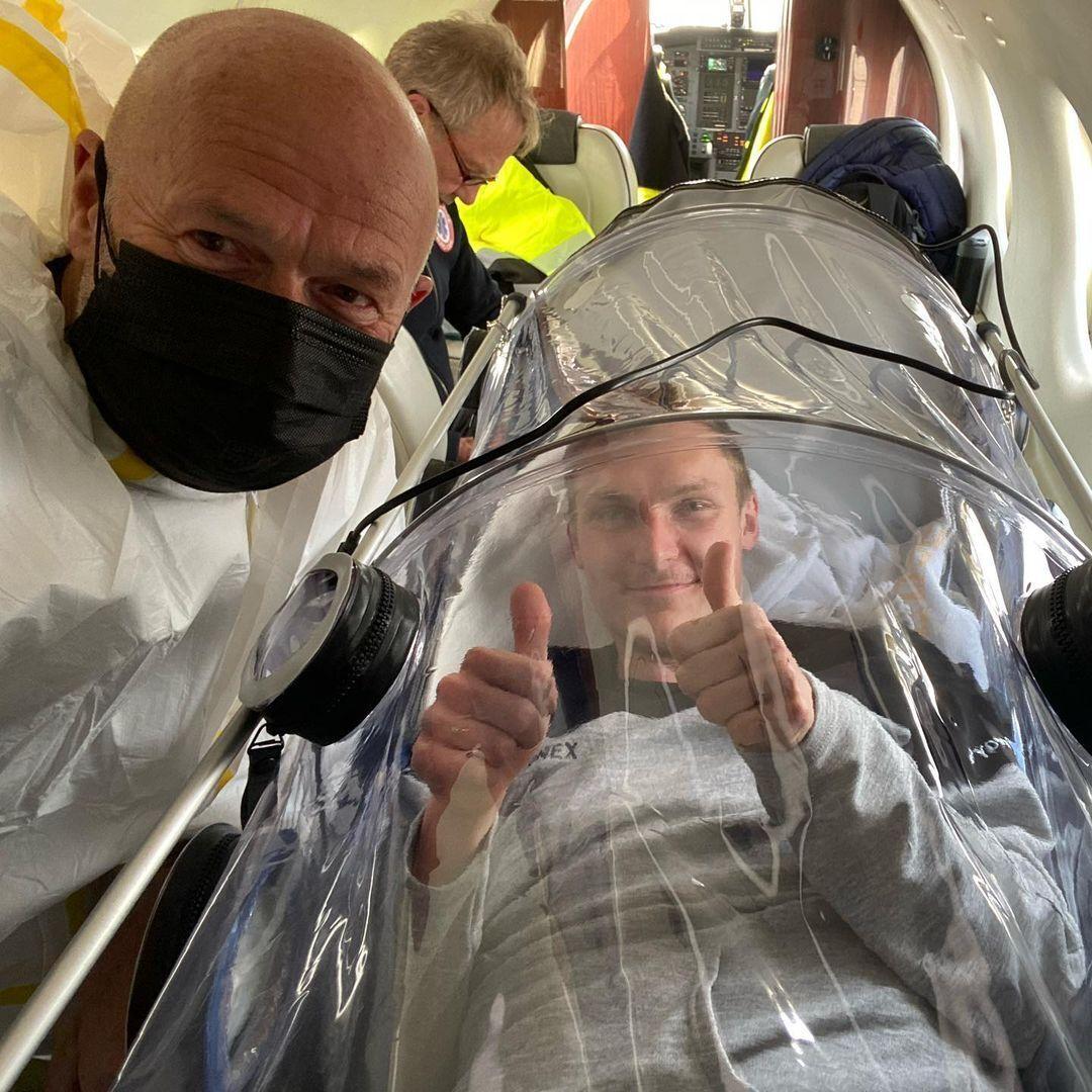 Віктор Аксельсен з лікарем в літаку
