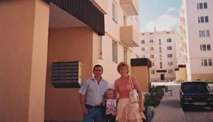Тетяна Шевчук з родиною біля будинку, в якому 2007 року отримала квартиру від України
