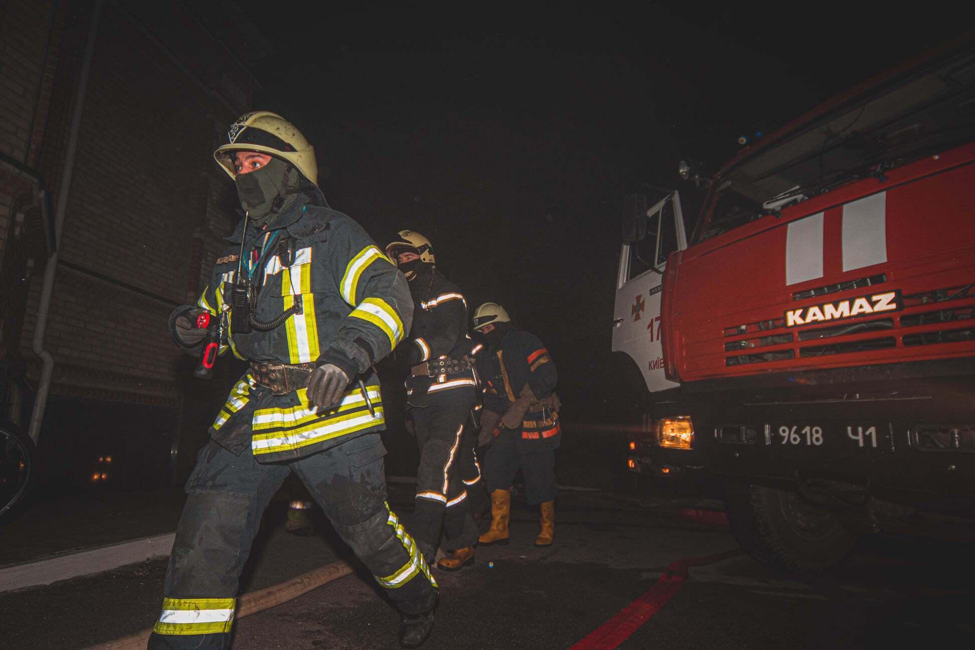 До гасіння пожежі в житловому будинку Києва залучали 40 рятувальників