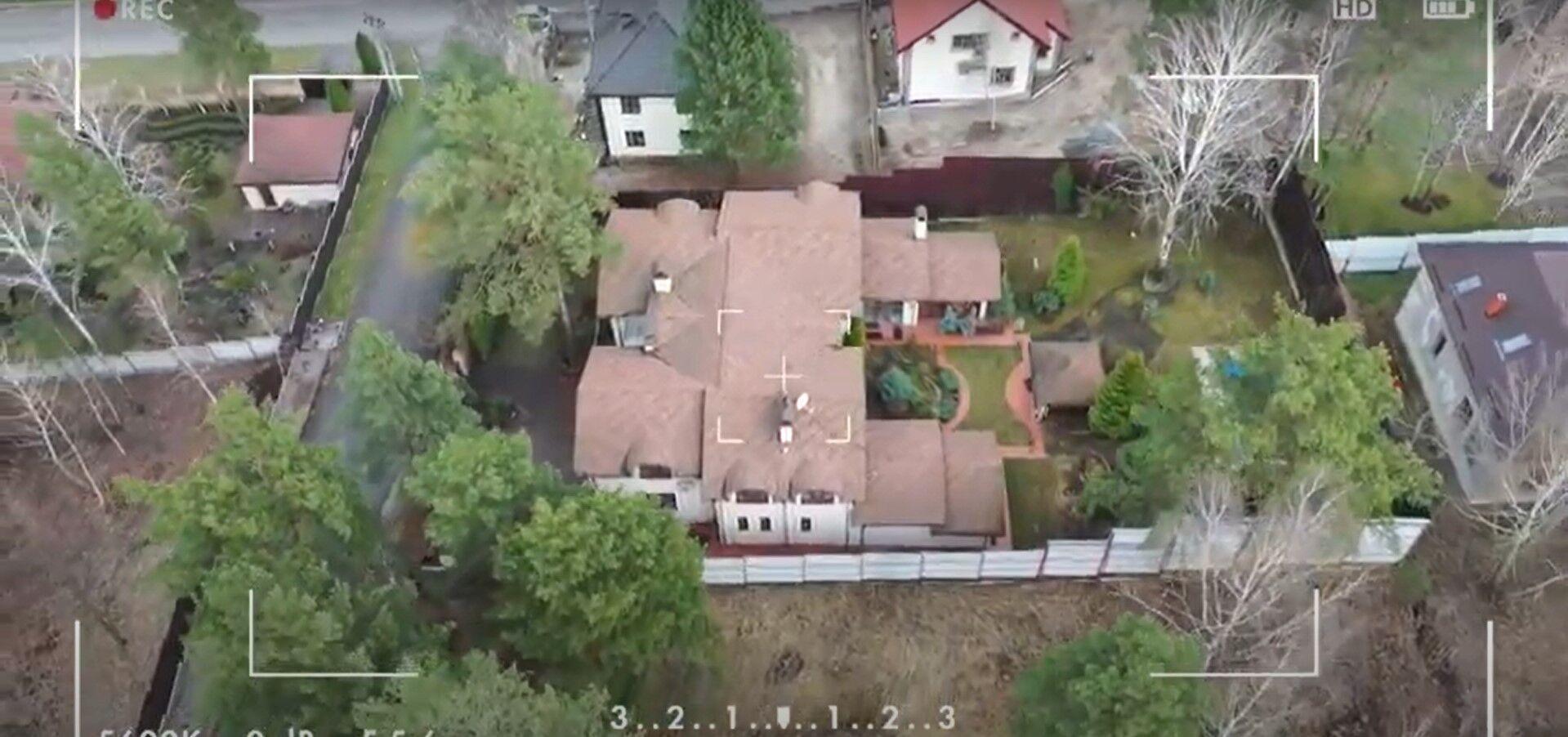 Який вигляд має будинок Лободи зовні.