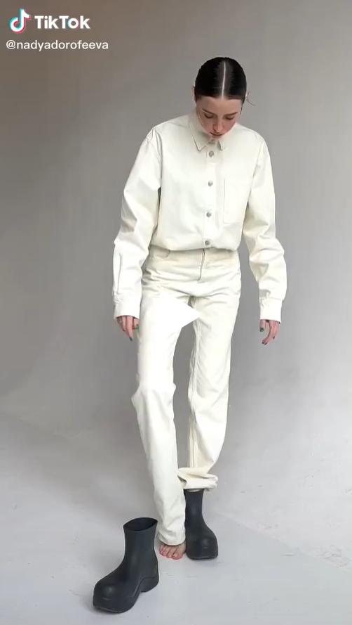 Спочатку співачка позувала у джинсовій куртці і брюках молочного кольору