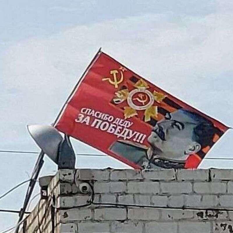На крыше в Днепре вывесили флаг со Сталиным.