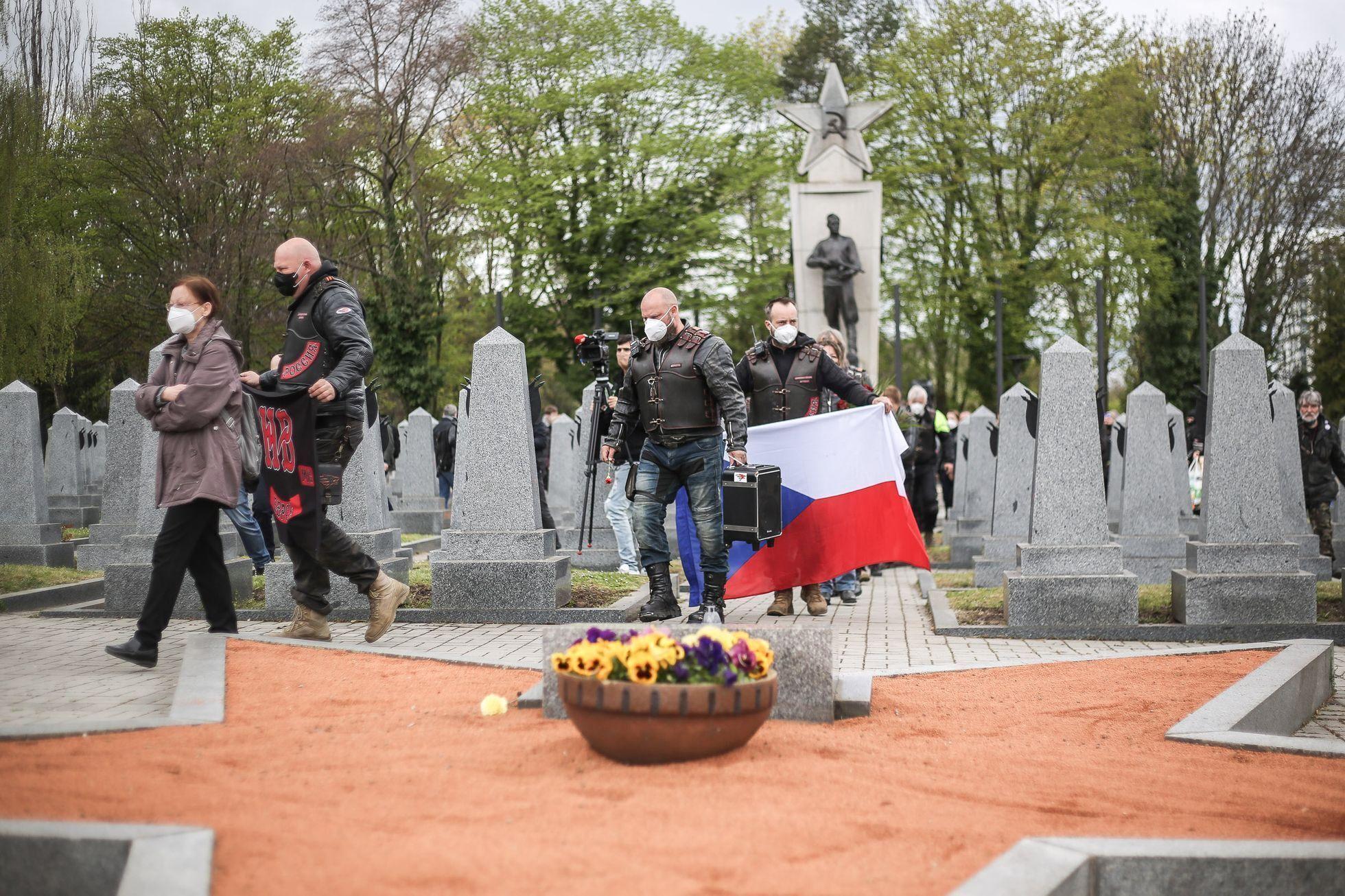 Мотоциклисты пришли на кладбище