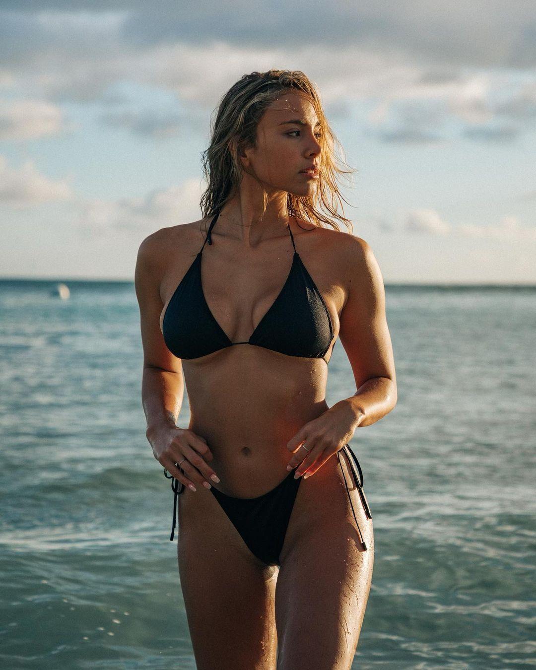 Кайла Мур у чорному купальнику