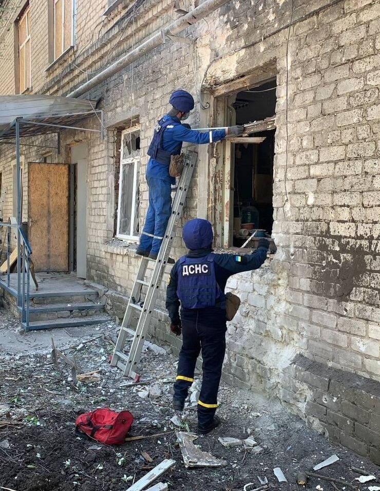 Рятувальники ліквідують наслідки обстрілу Красногорівки