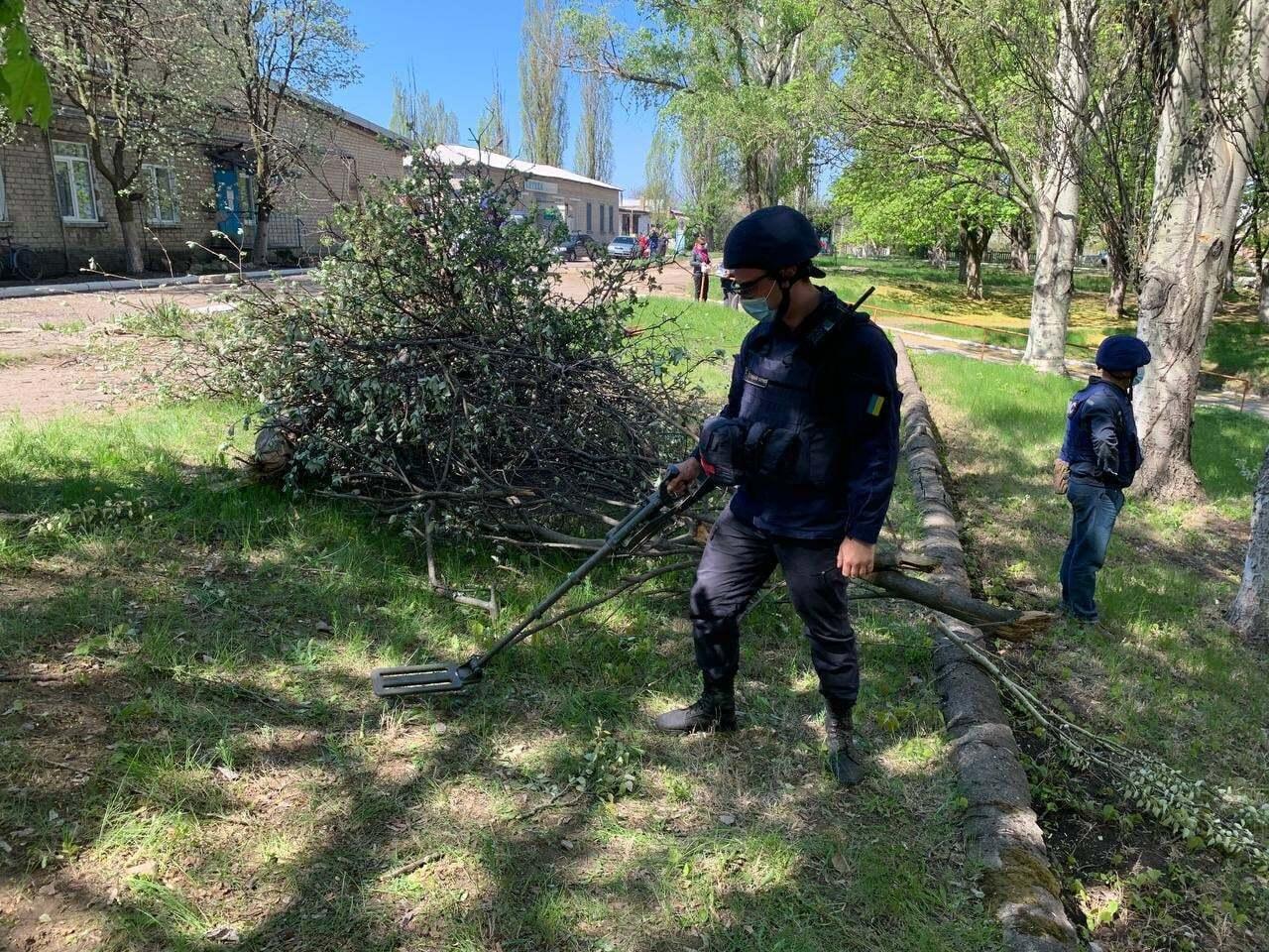 Боєприпас влучив у дерево біля лікарні в Красногорівці