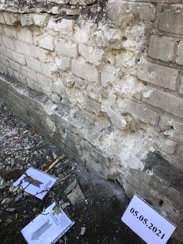"""Осколки набоїв терористів """"ДНР"""" посікли стіни лікарні й будинків"""