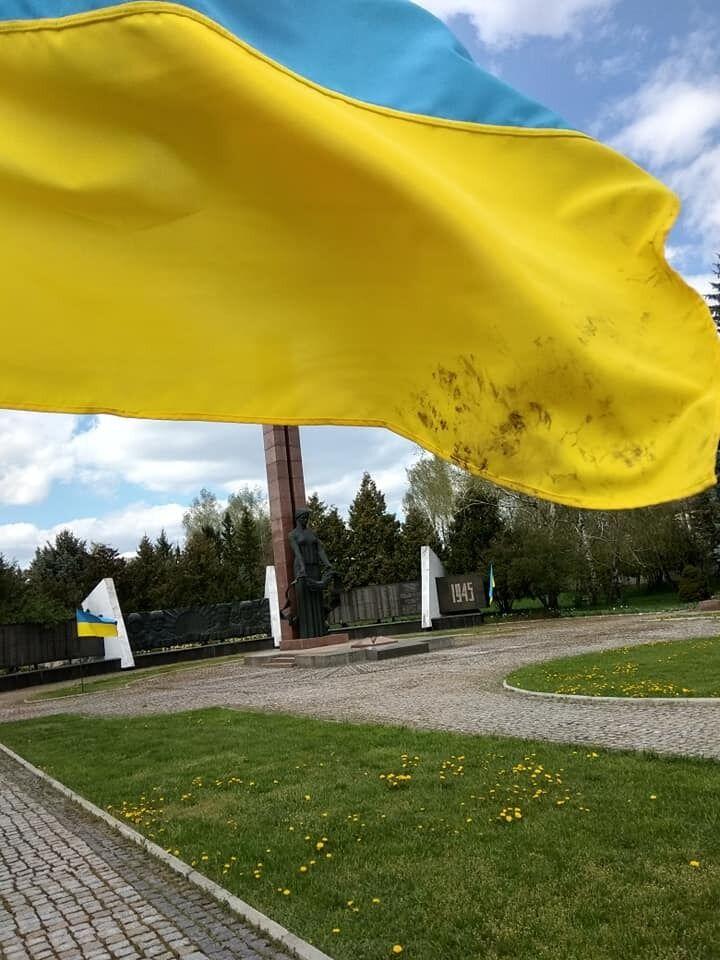 У Тиврові вандал забруднив прапор України