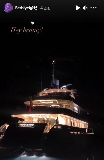 Яхта, на которой отдыхали девушки