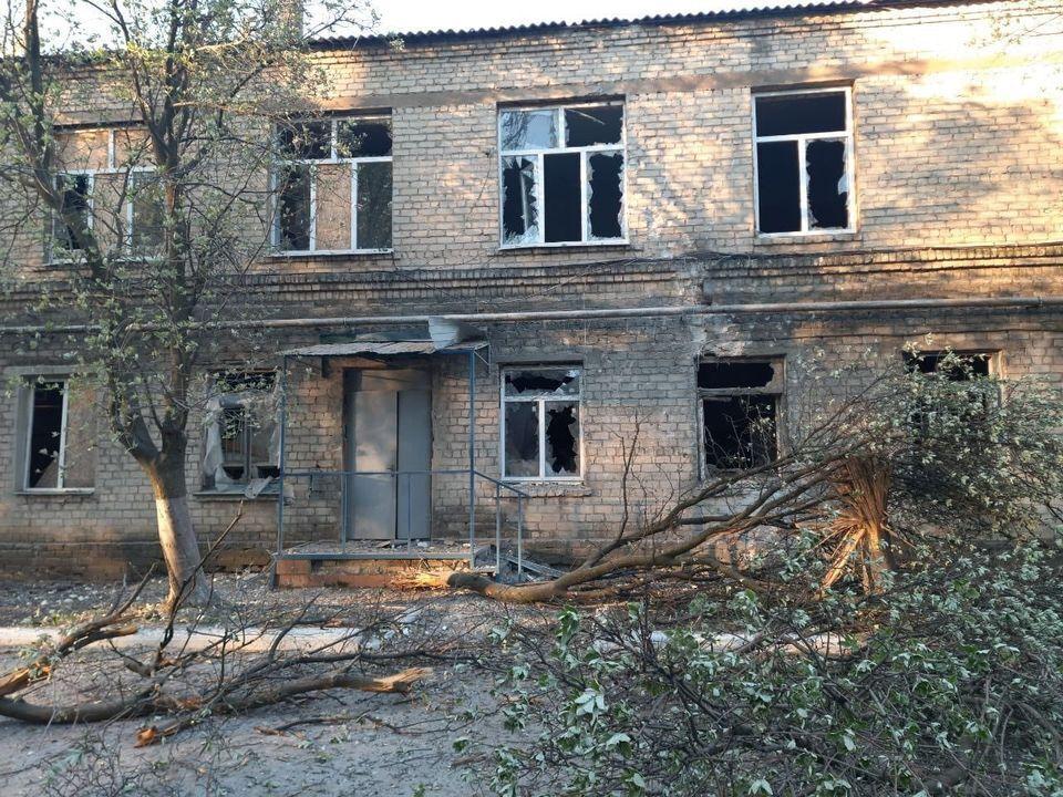 """Терористи """"ДНР"""" відкрили вогонь по лікарні у Красногорівці"""
