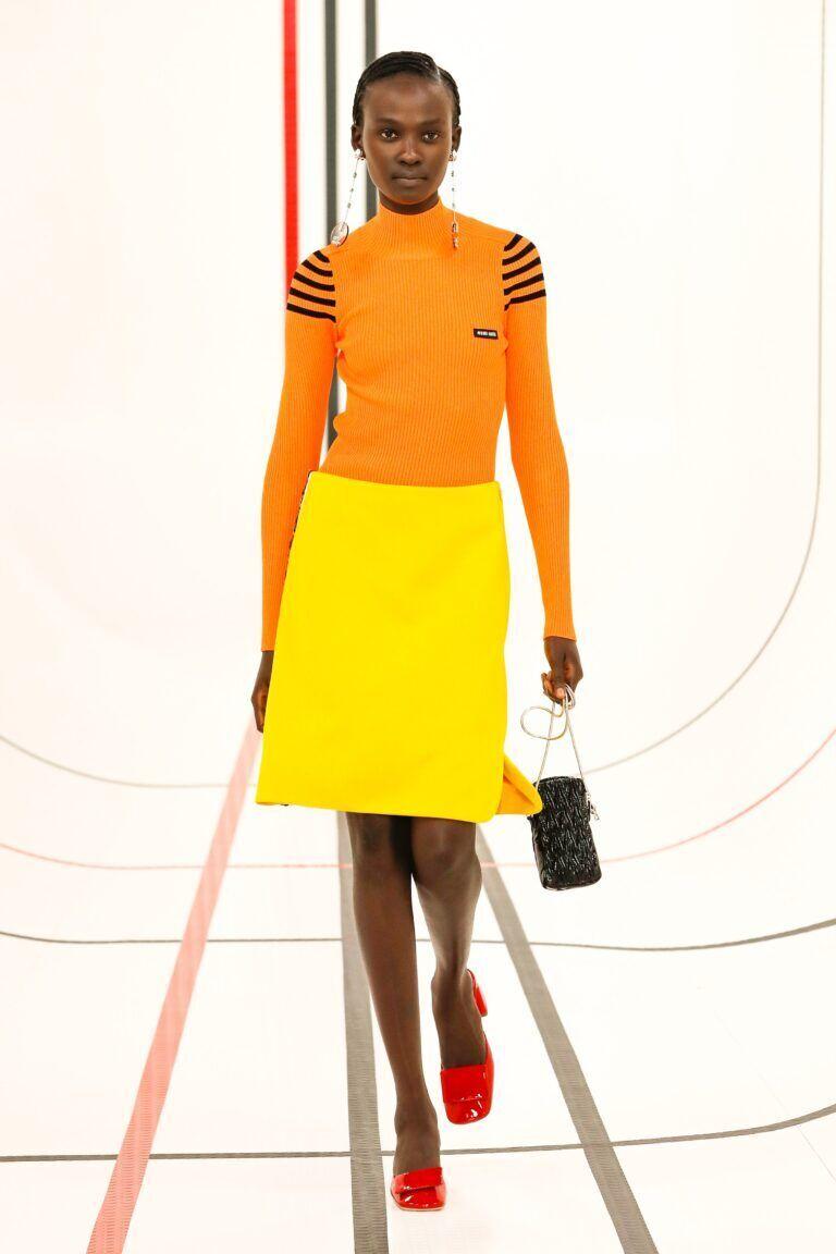 Модний образ із помаранчевим гольфом від Miu Miu