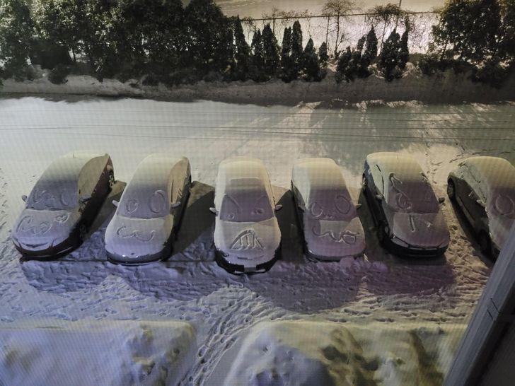 Мужчина нарисовал смешные узоры на машинах.