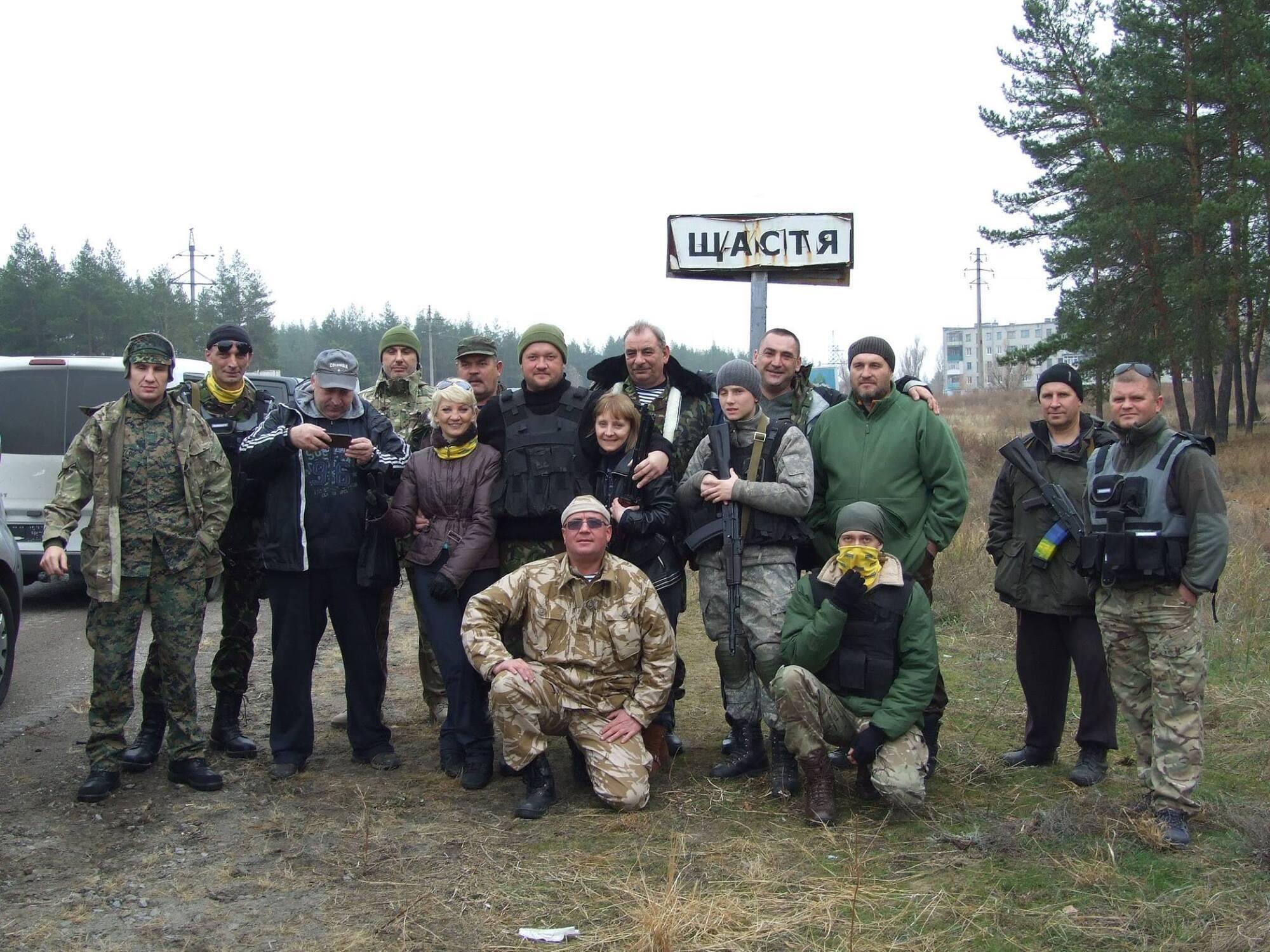 Тимур (в центре) с побратимами и волонтерами