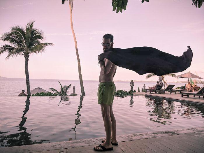 Муж делает вид, что он супермен.