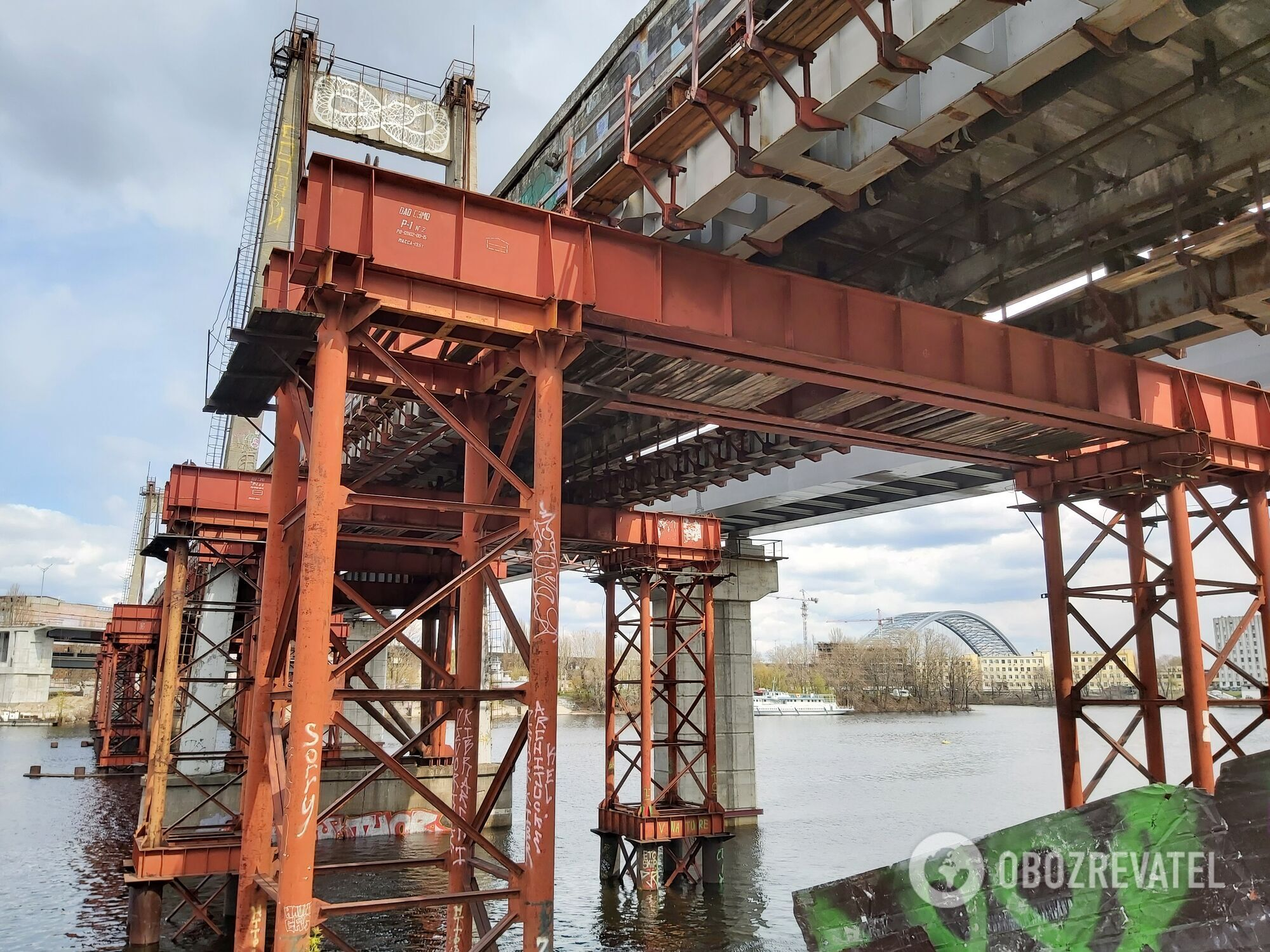 Рыбальский вантовый мост еще не разобрали.