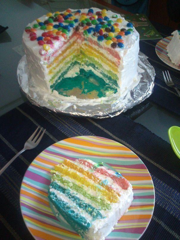 Мужчина собственноручно приготовил торт.