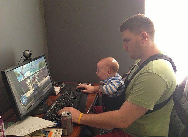 Мужчина целый день играет с ребенком в компьютерные игры.