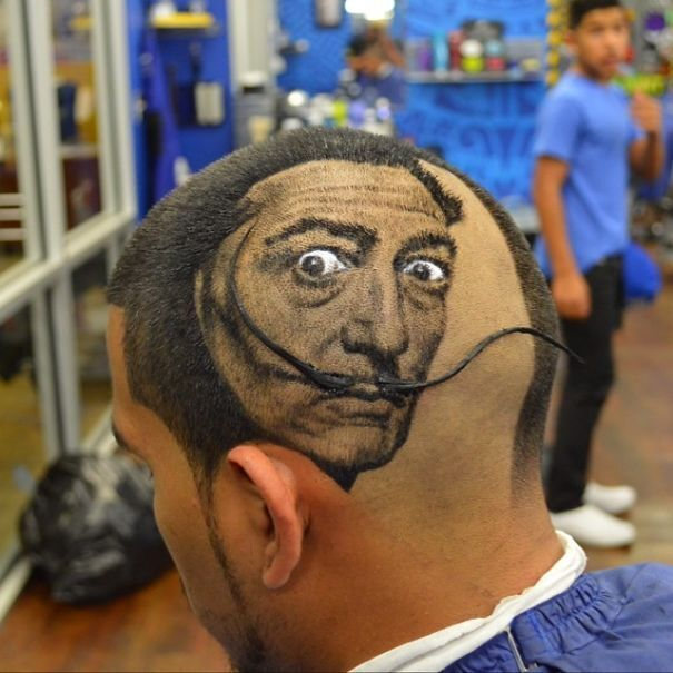 Мужчина любит творчество Сальвадора Дали.