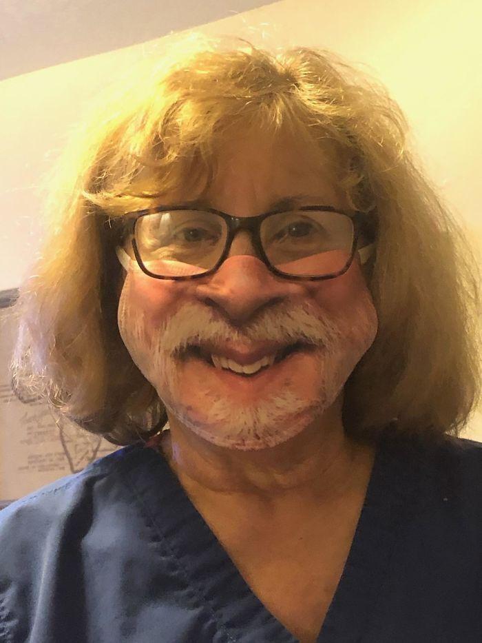 Мужчина купил жене маску для лица.