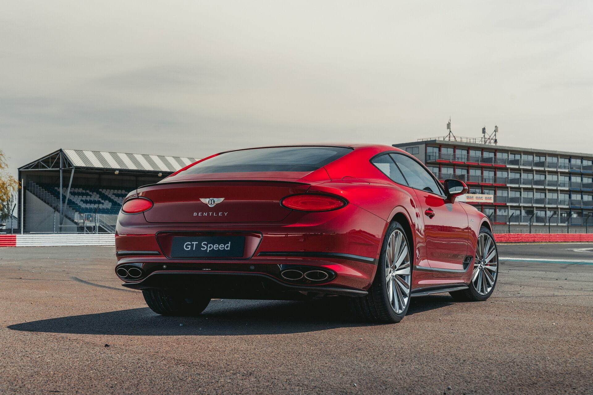 Continental GT Speed тратит на спринт от 0 до 100 км/ч всего 3,6 с, а максимальная скорость достигает 335 км/ч