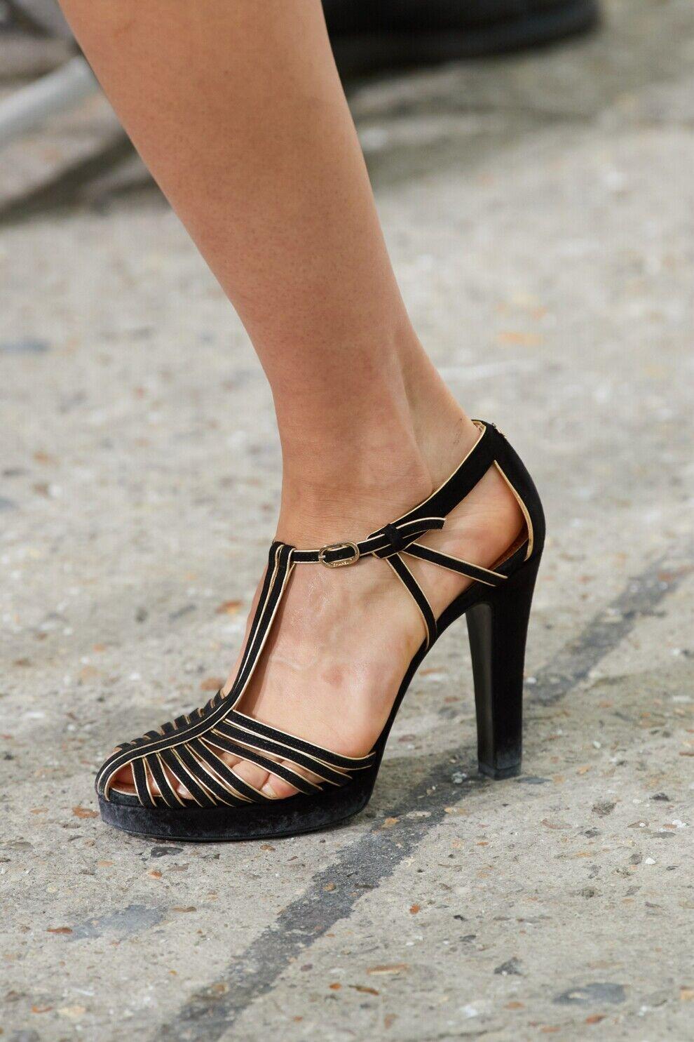 Туфлі з численними вишуканими ремінцями – модний тренд цієї весни
