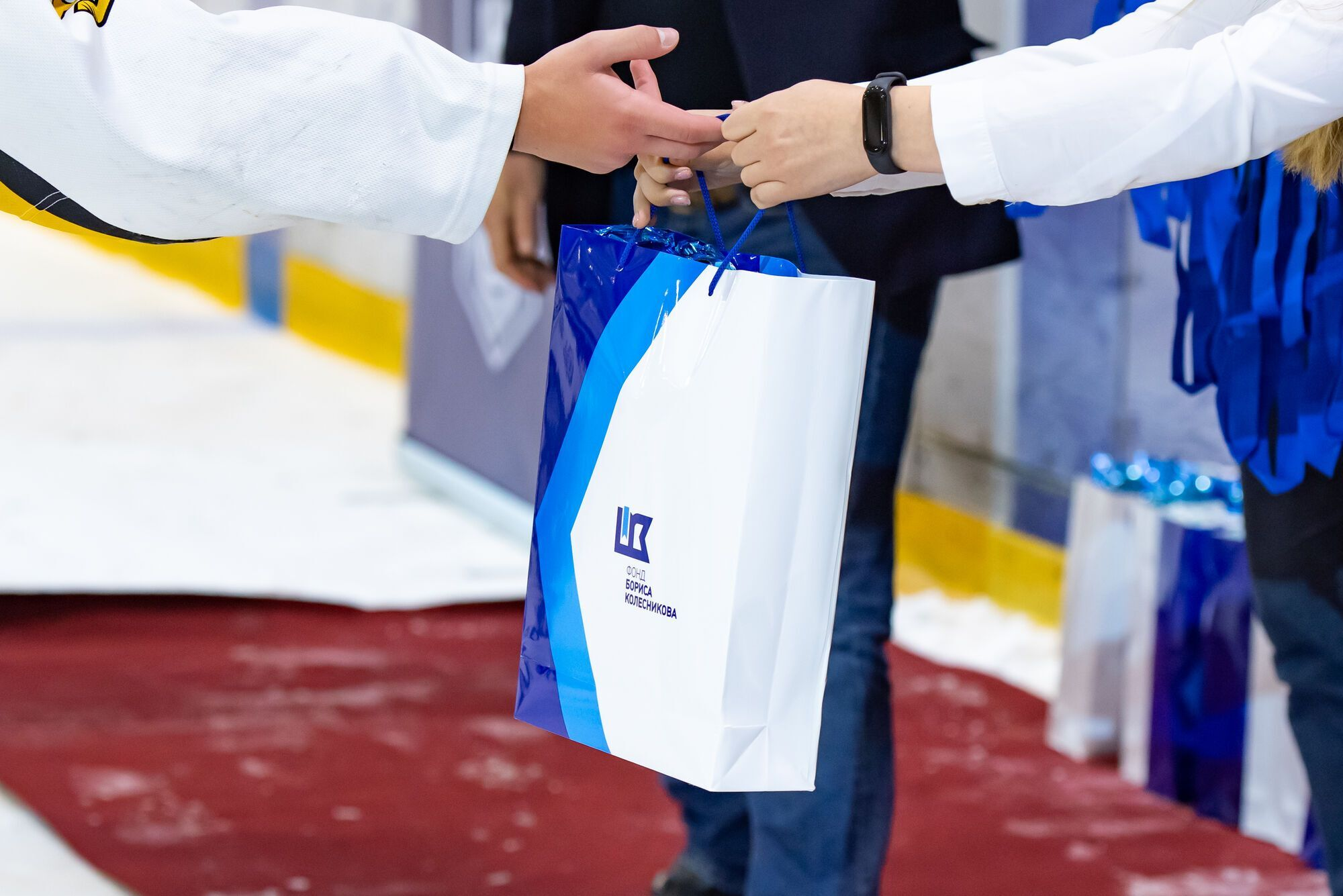Хоккеисты получили от представителей Фонда сладкие подарки