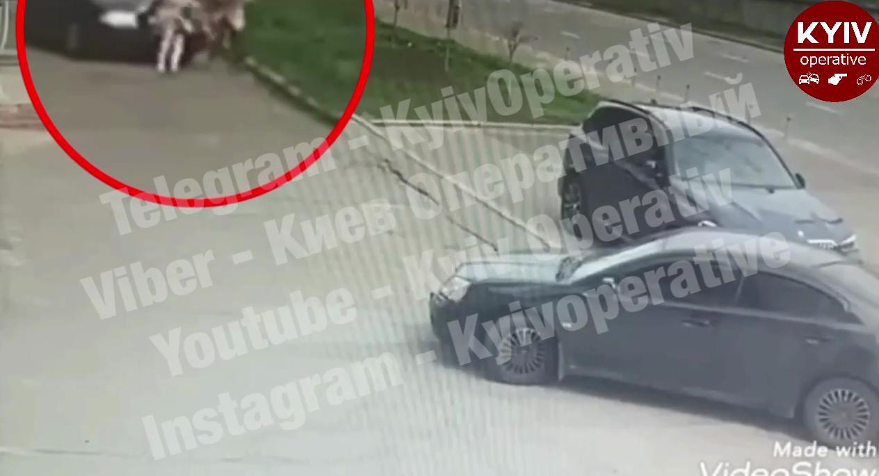 Автомобиль внезапно сбил женщину.