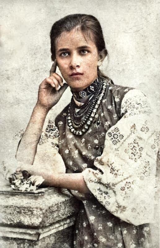 Олена Пчилка запечатлена в вышиванке.