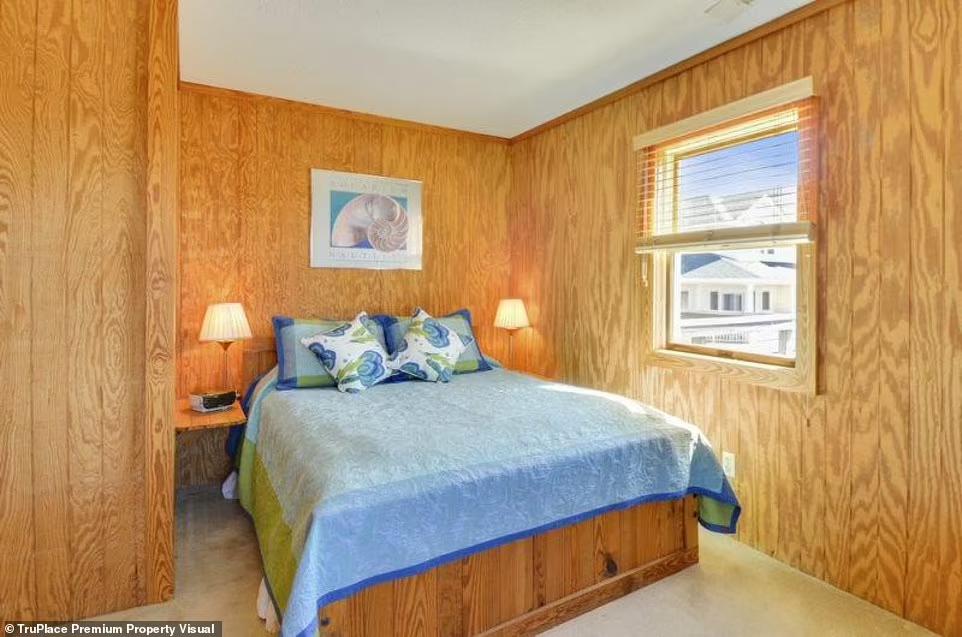 """Также размещено две спальни – одна с кроватью размера """"queen-size"""", а другая двухъярусная"""