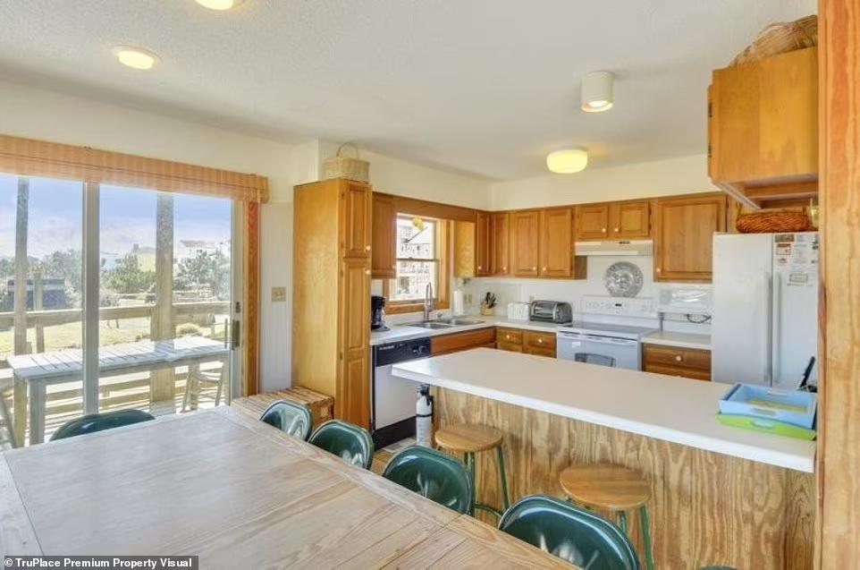Просторная кухня и столовая в доме