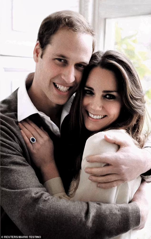 В этой блузке Миддлтон позировала на фотосессии в честь своей помолвки в ноябре 2010 года
