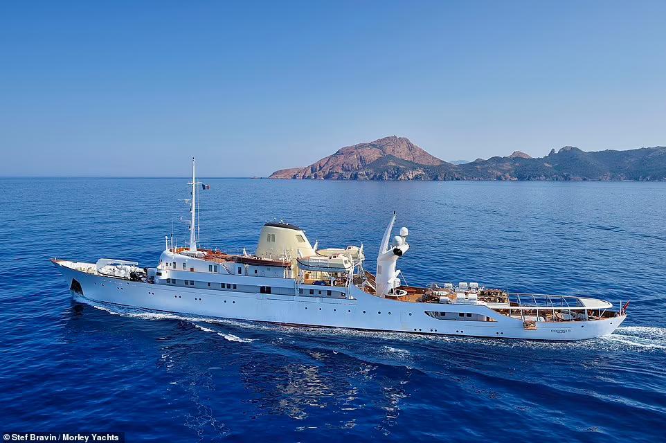 Довжина корабля становить 325 футів (близько 100 метрів)