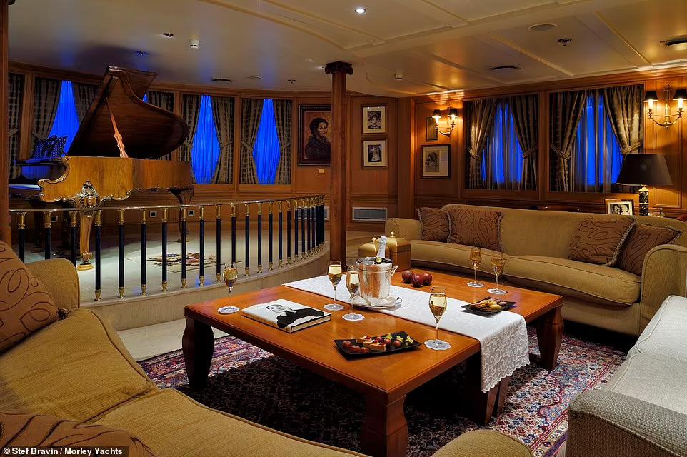 На яхті є оригінальний бар із табуретами