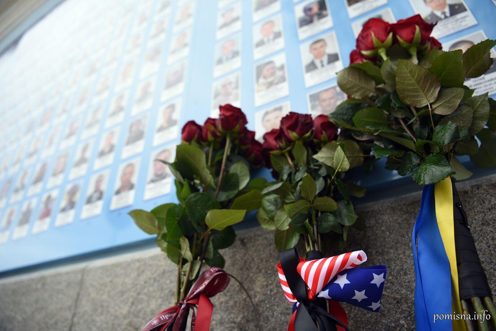 Квіти від ПЦУ, Дмитра Кулеби та Ентоні Блінкена біля портретів Героїв