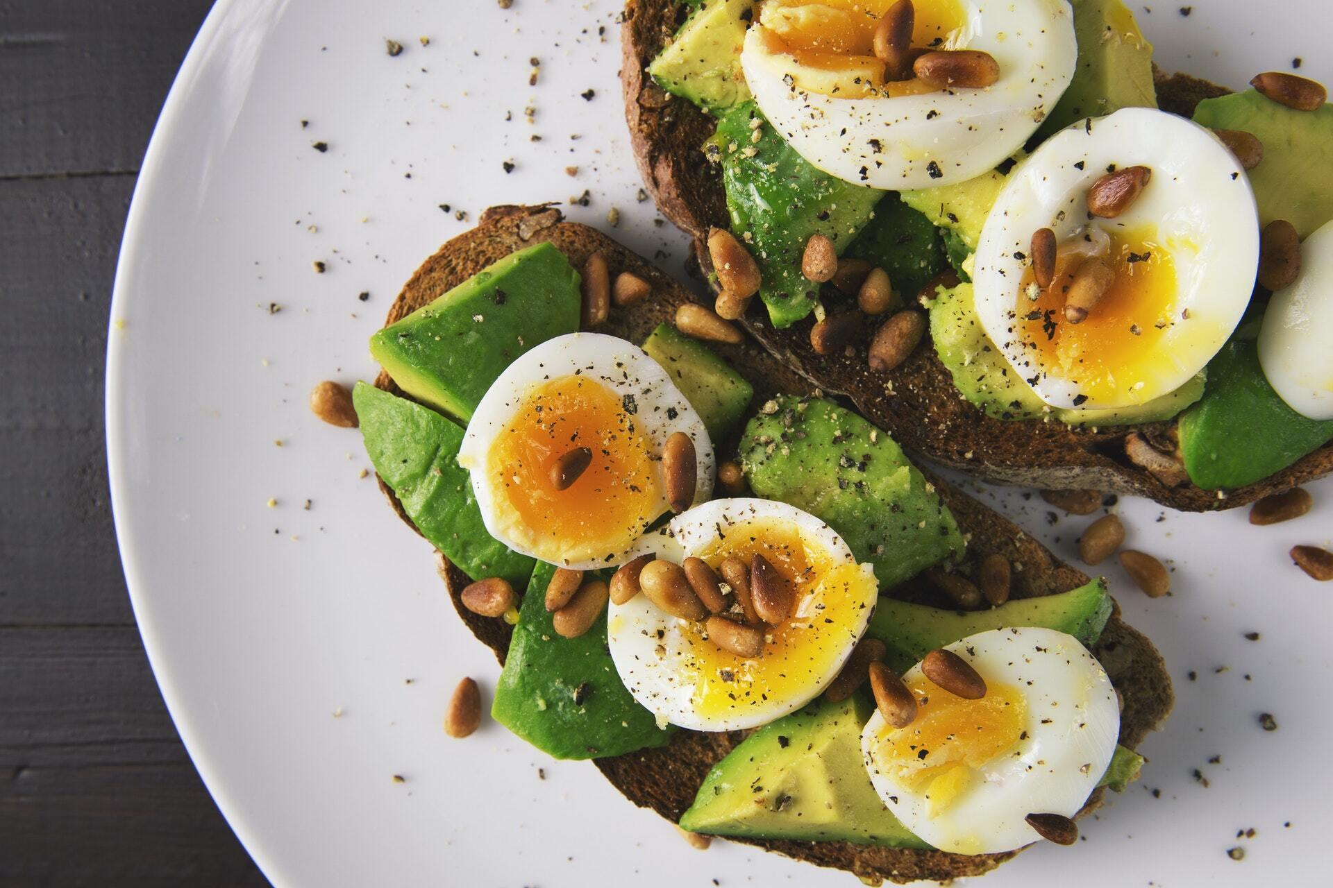 Бутерброд с яйцами и авокадо