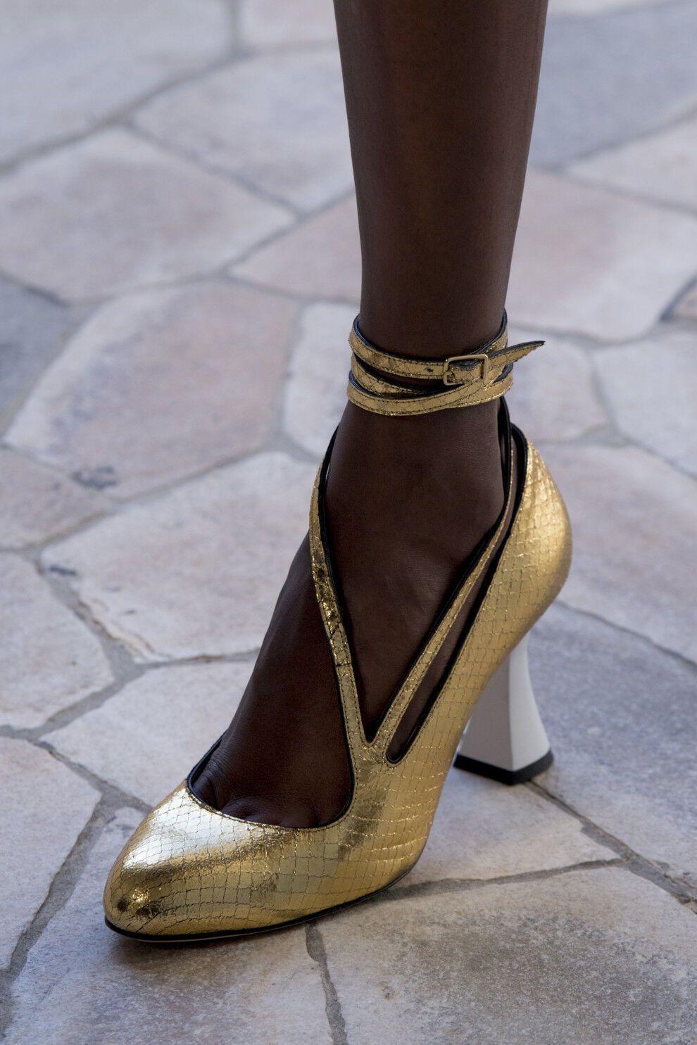 Відмітною деталлю актуальних туфель цієї весни є ремінці на щиколотках