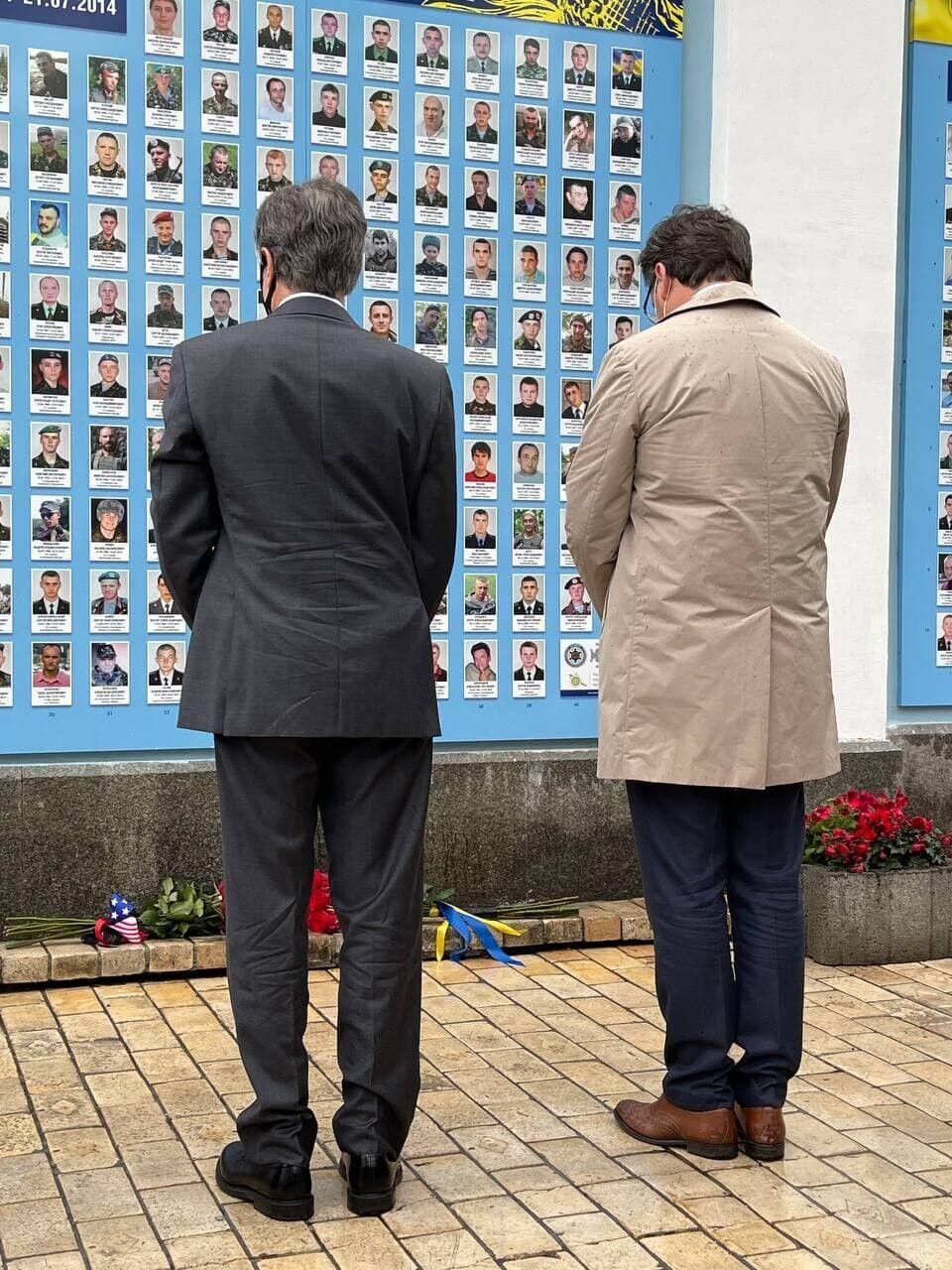 Ентоні Блінкен та Дмитро Кулеба поклали квіти до меморіалу загиблим на Донбасі