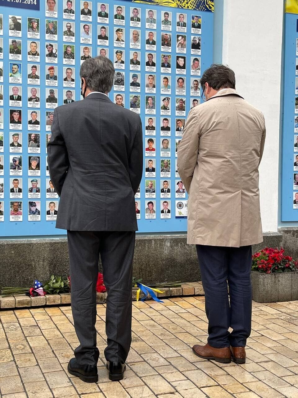 Энтони Блинкен возложил цветы к мемориалу погибшим на Донбассе