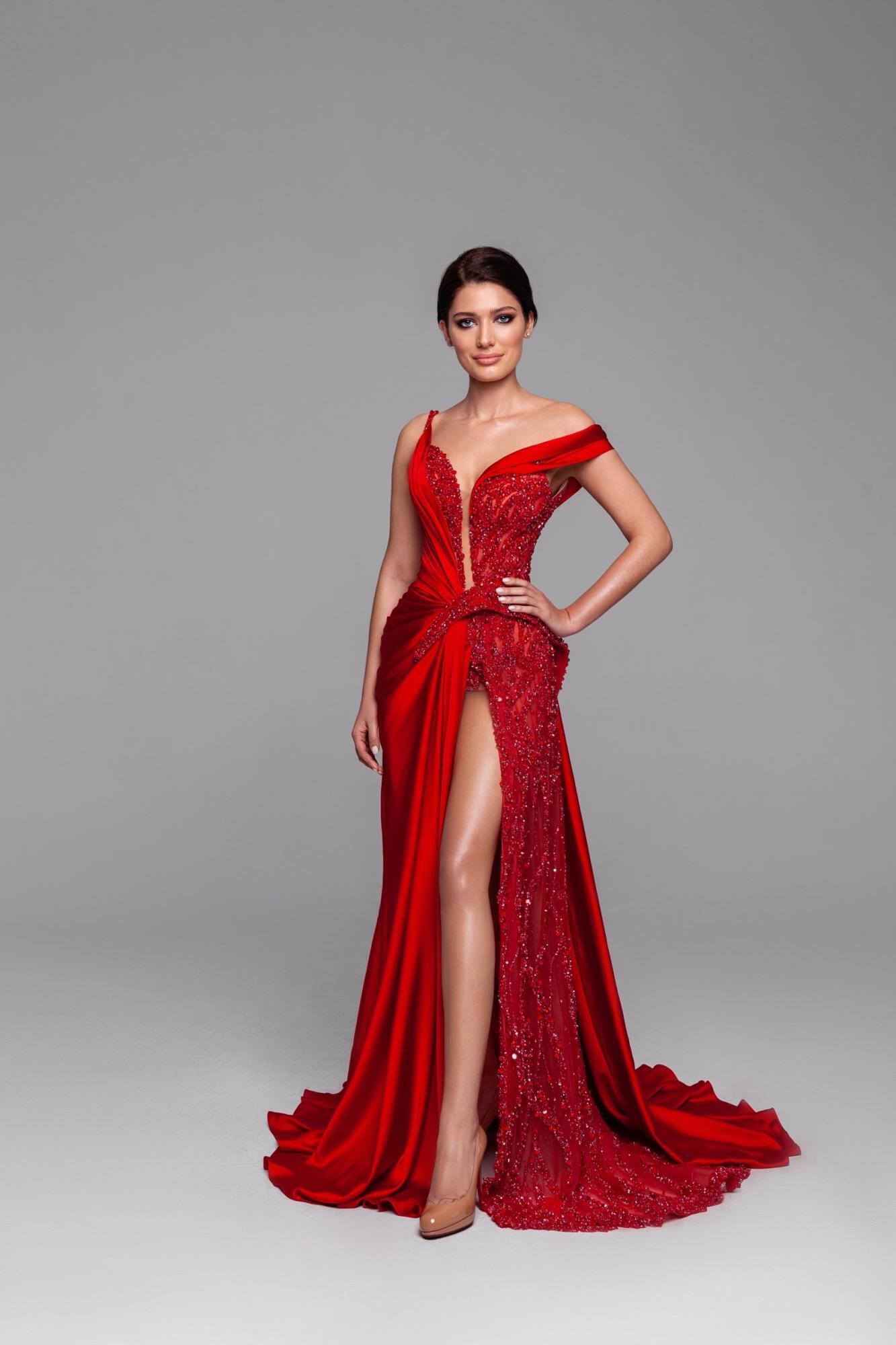 28-летняя Елизавета Ястремская в платье для конкурса