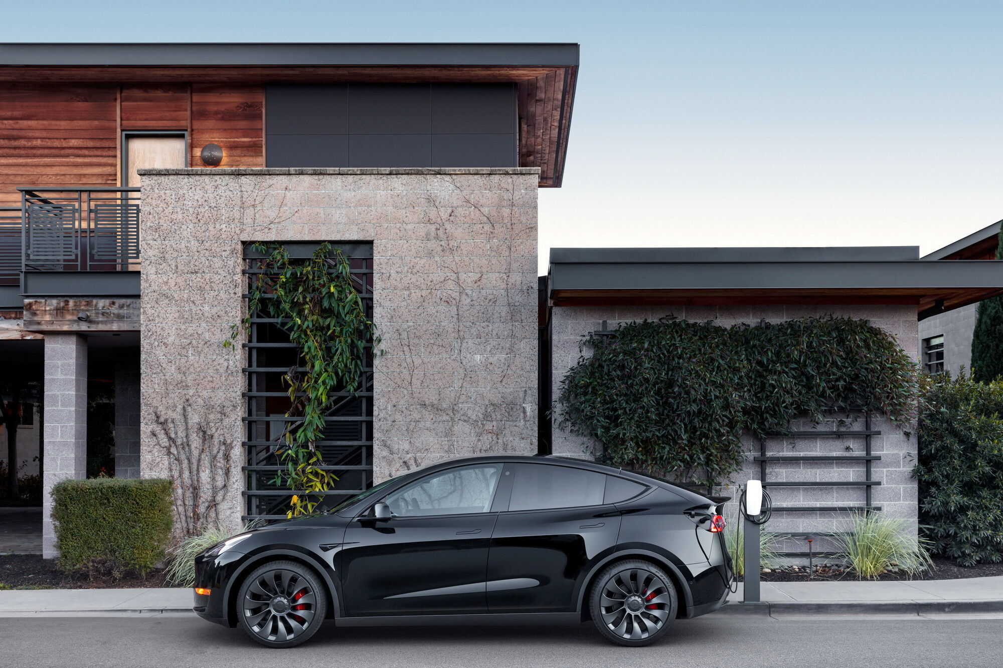 Владельцы Tesla меньше других хотели бы сменить свой автомобиль на машину с ДВС