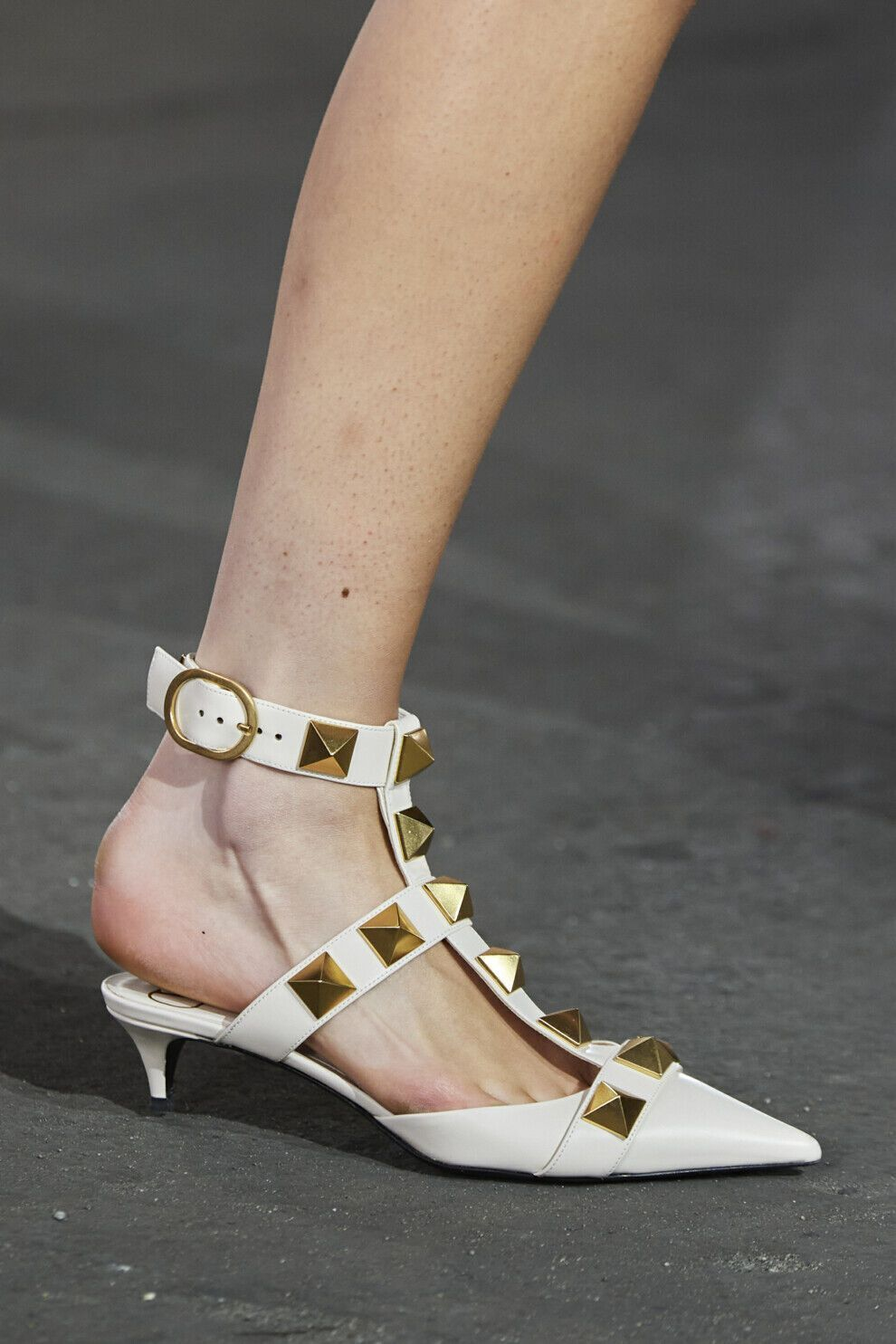 Valentino прикрасили туфлі масивними шипами