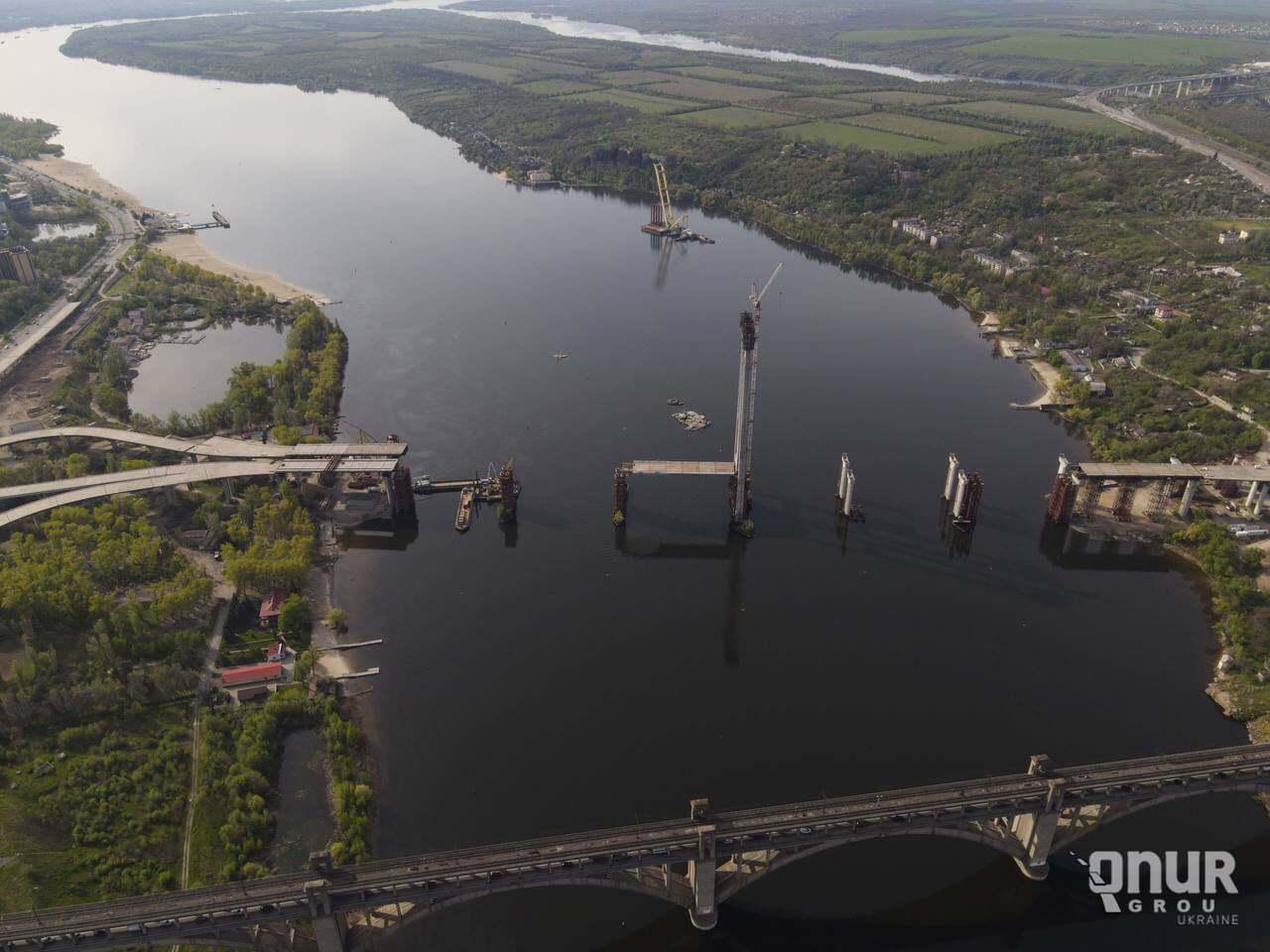 """Кран """"Захарий"""" используют в строительстве моста в Запорожье."""