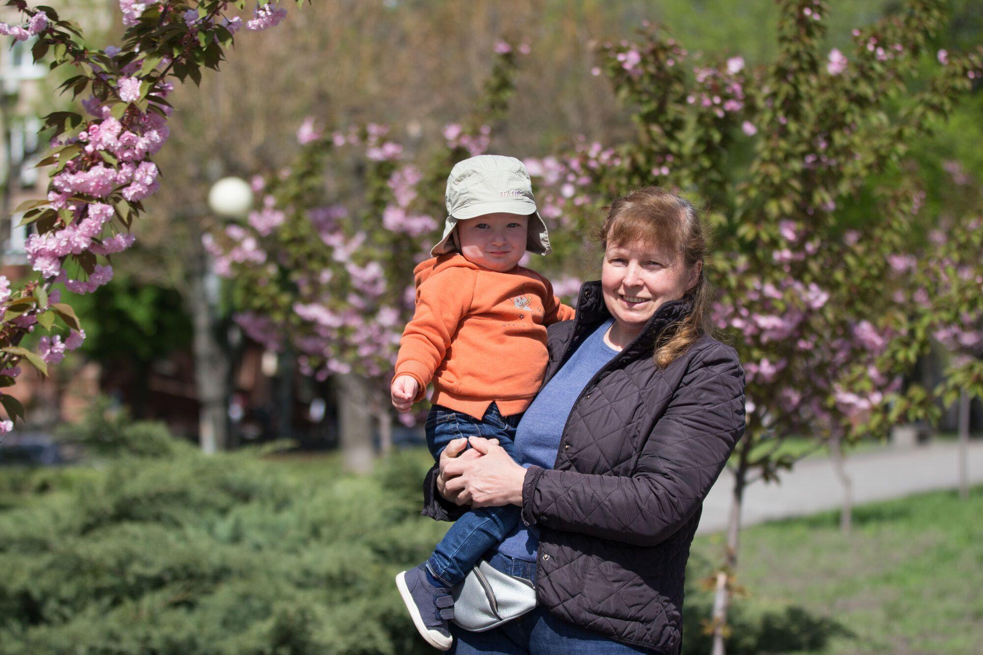 Дніпрянка Анжела щодня прогулюється алеєю з онуком