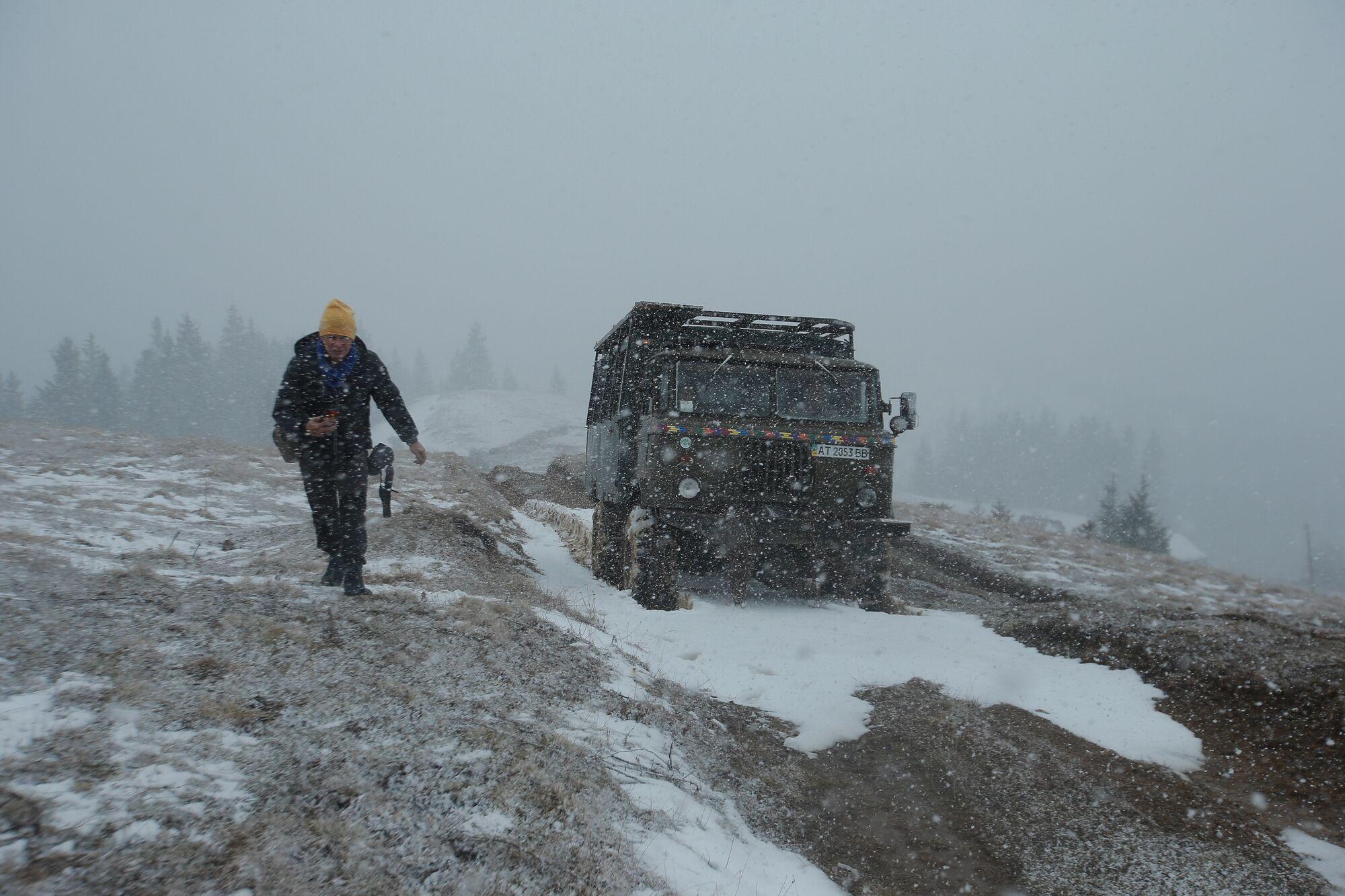 Місцевим жителям дуже важко добиратися в гори без доріг.
