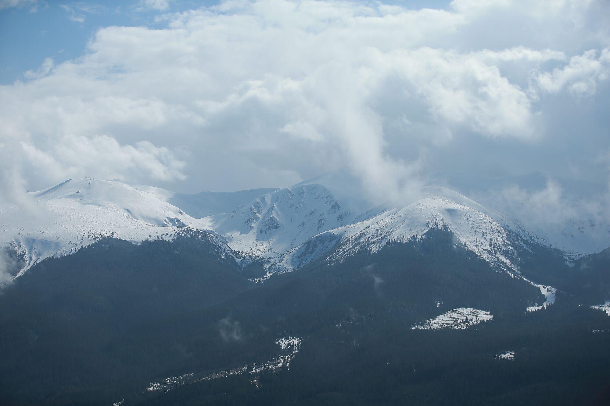 Краєвид на Чорногорський хребет і Говерлу.